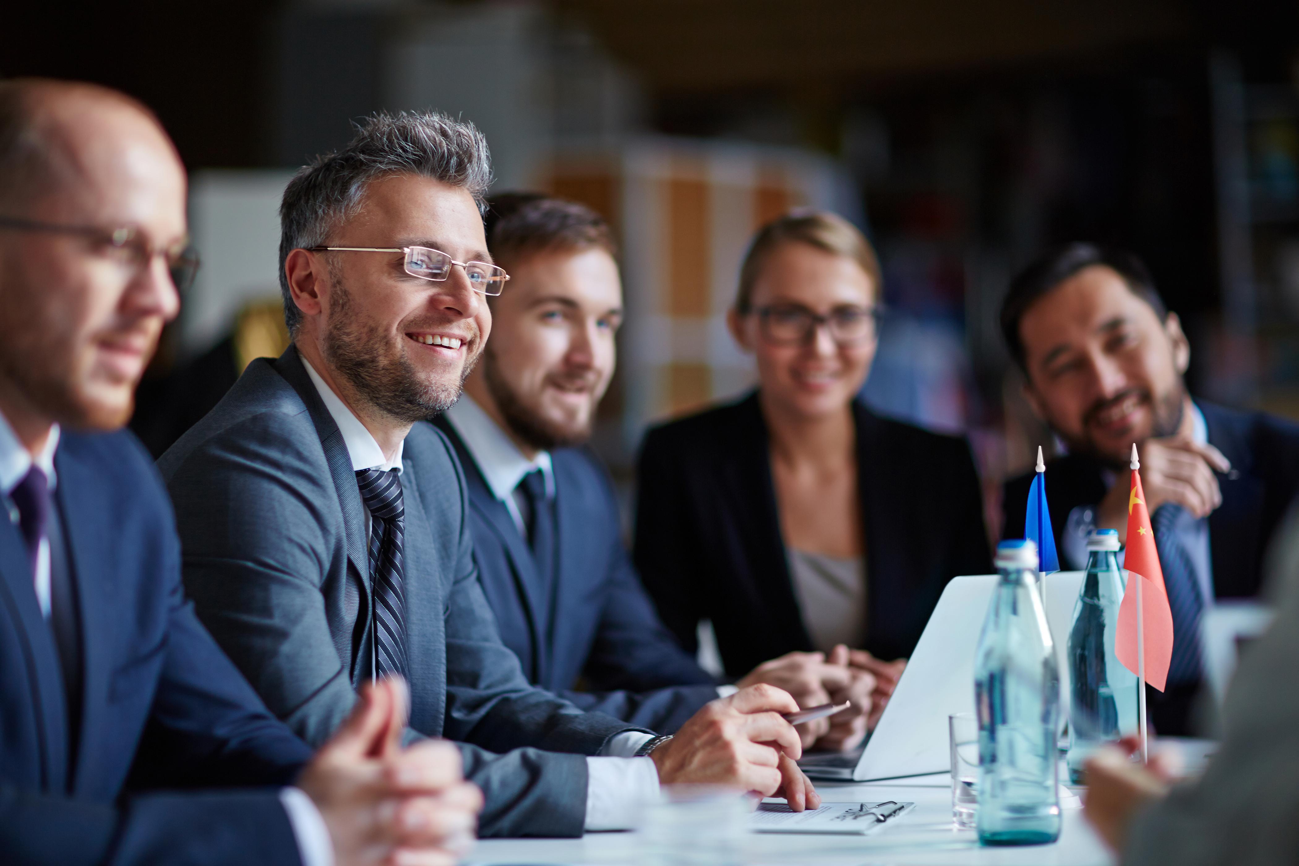 Business Seminarmit Mann mit Brille und anderen Kollegen